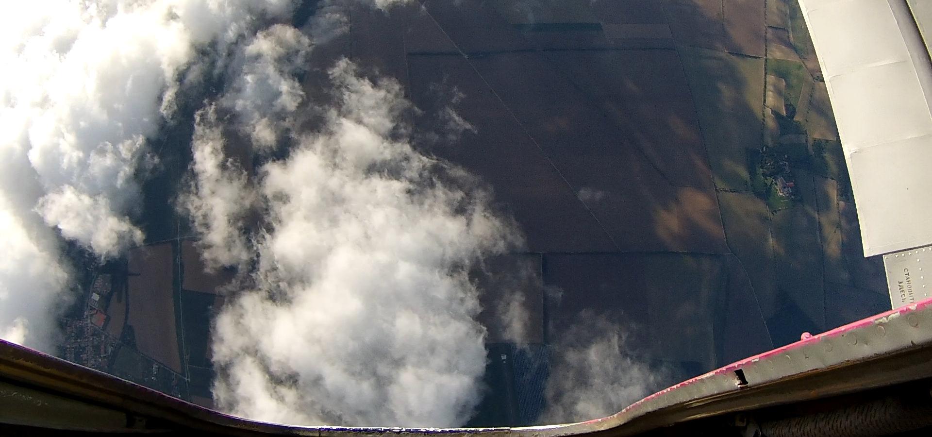 Fallschirmspringen kurz vor dem Absprung mit Blick aus der Tür