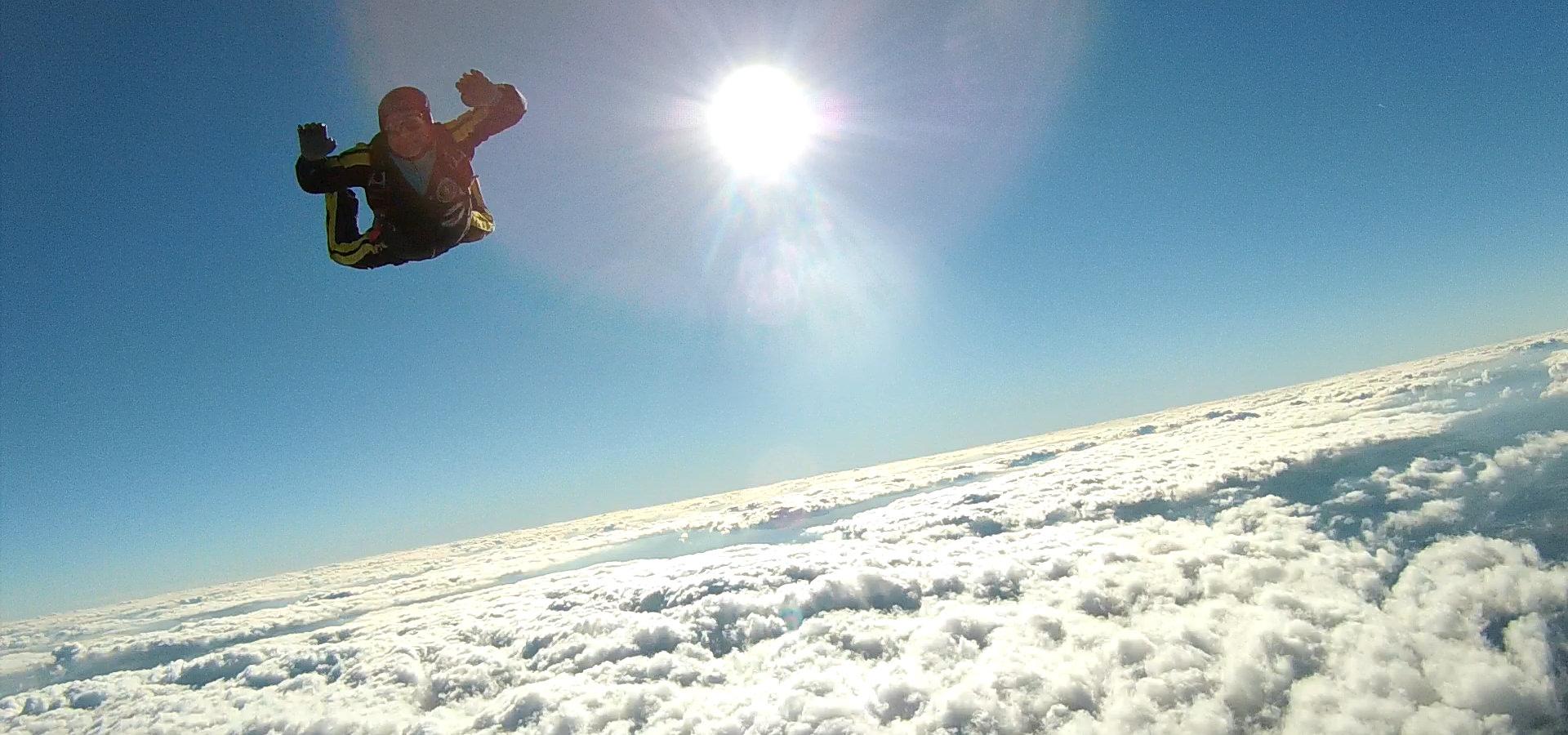 Fallschirmspringen mit Sonne im Hintergrund