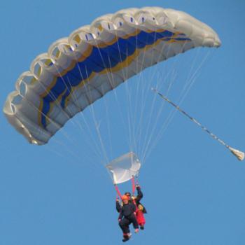 Tandemsprung Zwei Personen unter einem Fallschirm